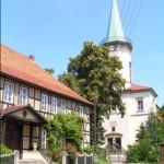Gästehaus und Kirche